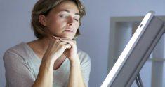 Lichttherapie ist bei der Behandlung von starken Depressionen genauso wirkungsvoll wie Medikamente