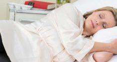 Auf der Seite schlafen könnte das Risiko verringern, an Alzheimer und Parkinson zu erkranken